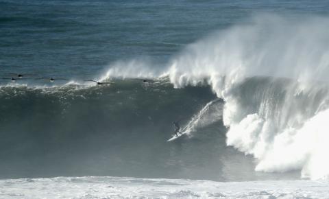 Costa da Califórnia é atingida por ondas gigantes